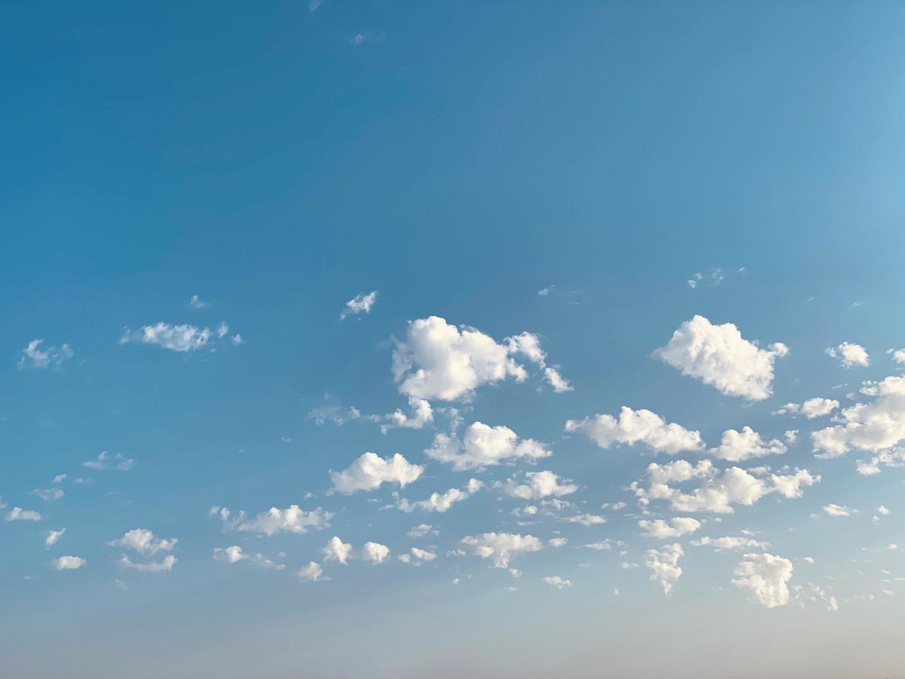 weiße Wolken im blauen Himmel foto