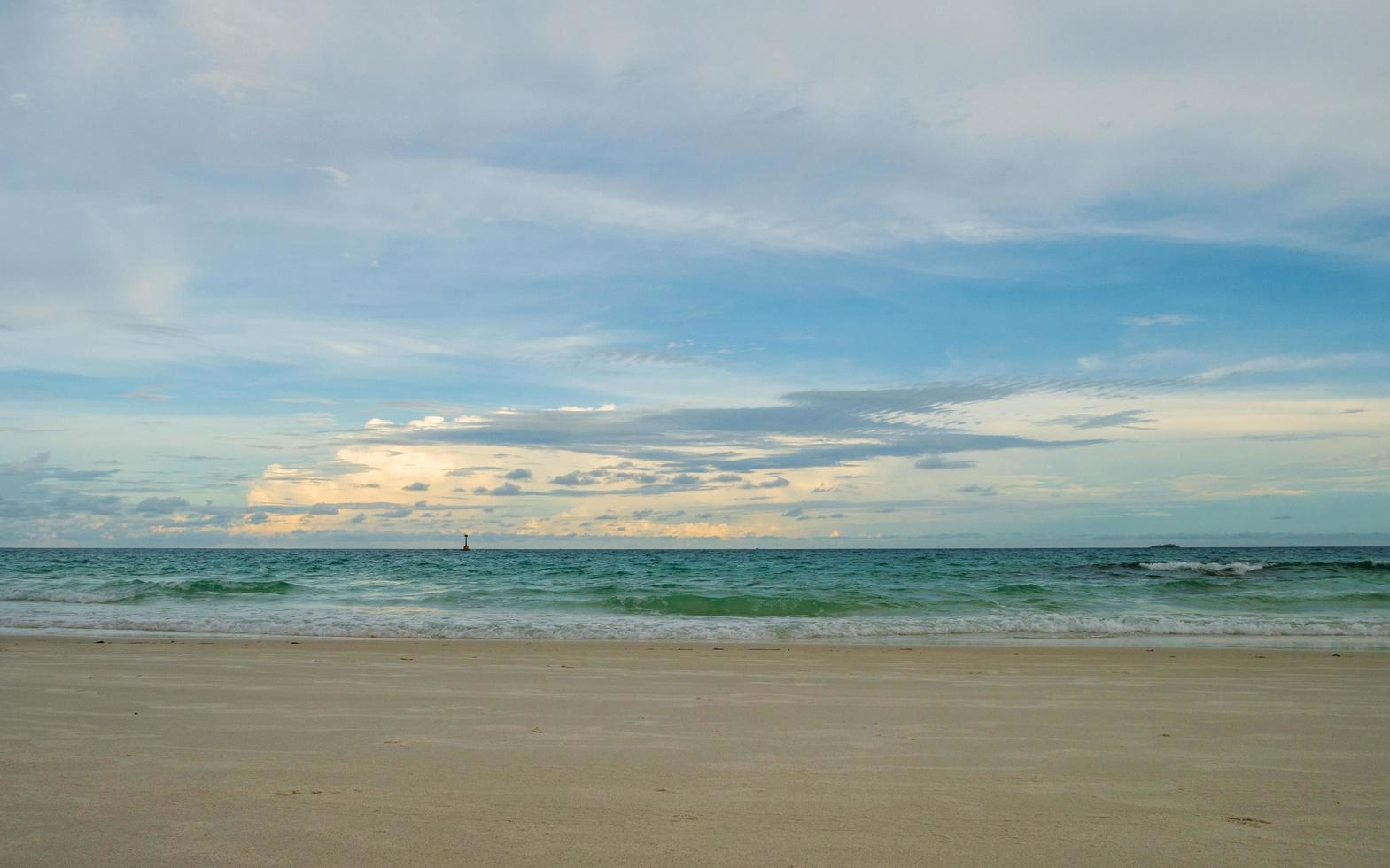 Landschaftsansicht des tropischen Strandes foto