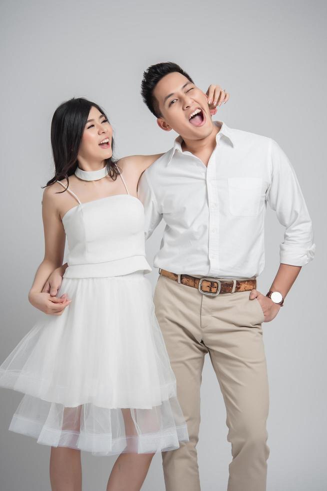 glücklicher asiatischer Bräutigam und Braut foto