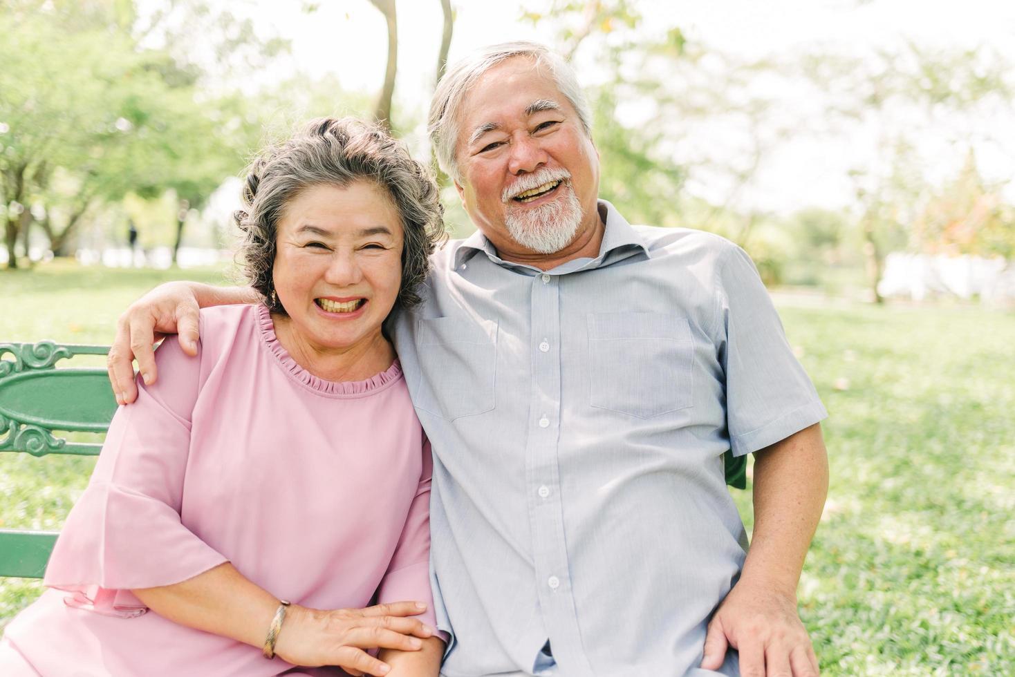 glückliches älteres Paar, das eine gute Zeit hat foto