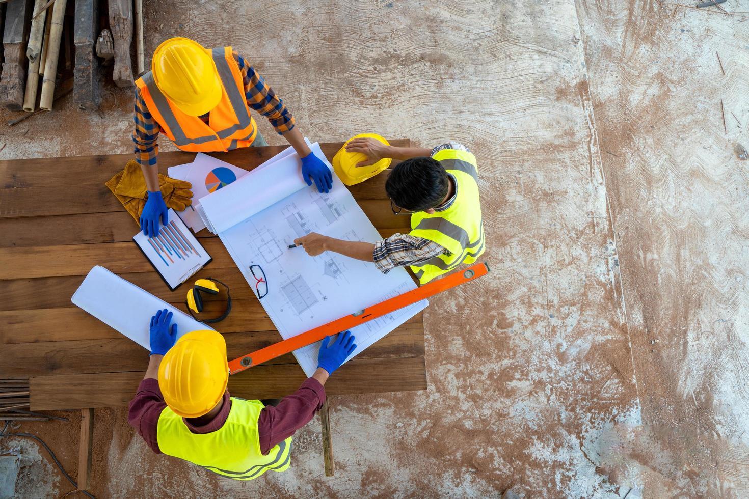 Ingenieur und Architekten mit Bauplänen foto