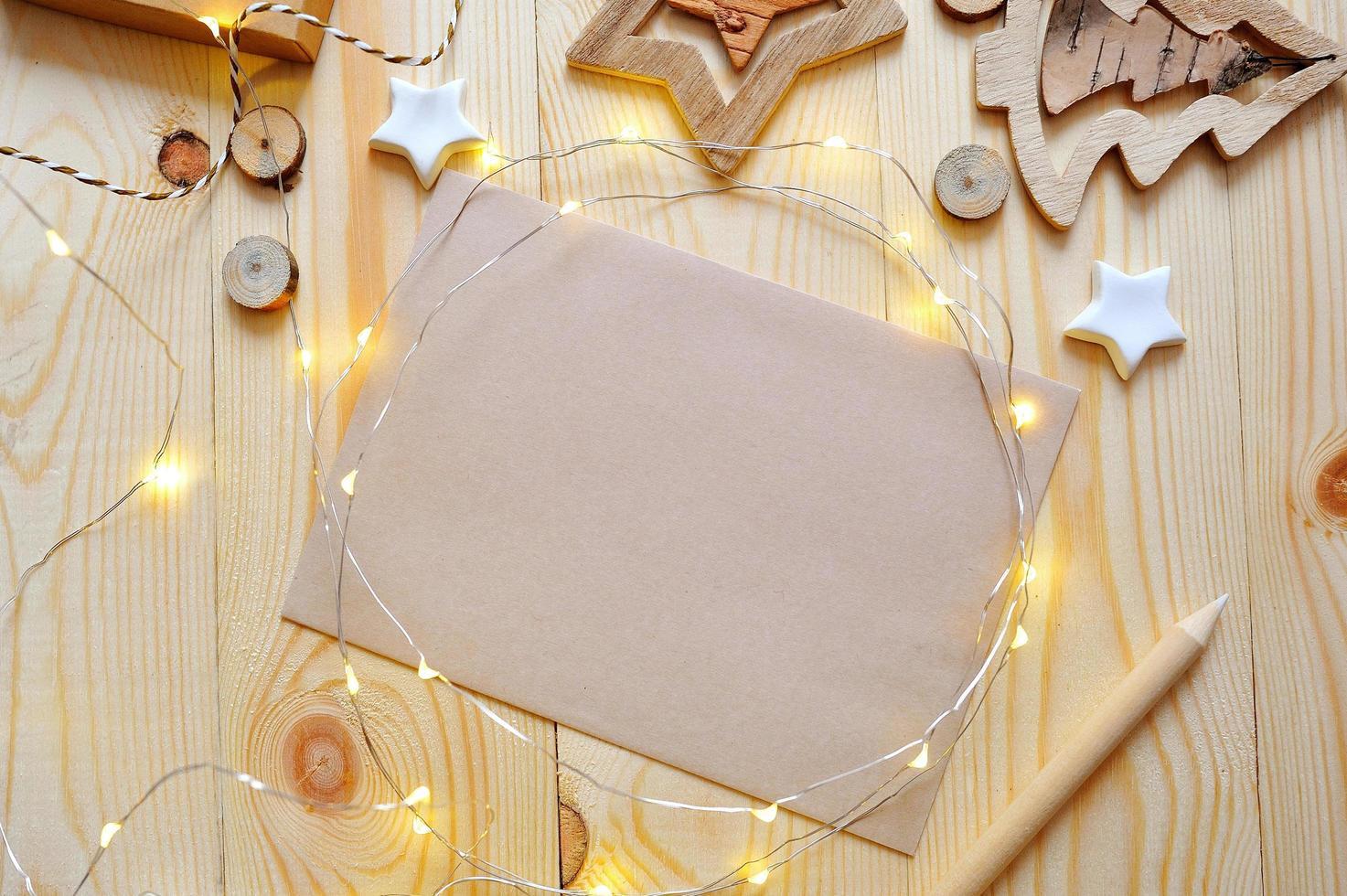 leeres Papier unter Weihnachtslichtern und Dekorationen foto