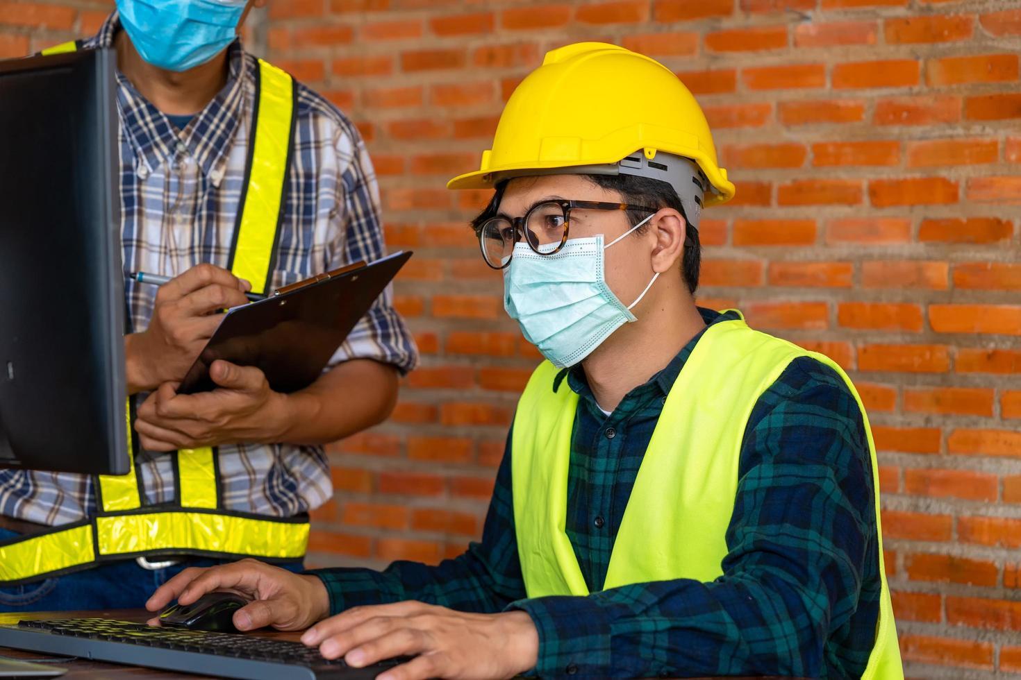 Mann trägt Schutzausrüstung mit Computer foto