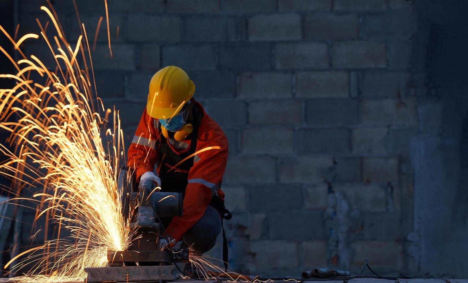 Arbeiter mit Schutzmaske zum Schutz vor. foto