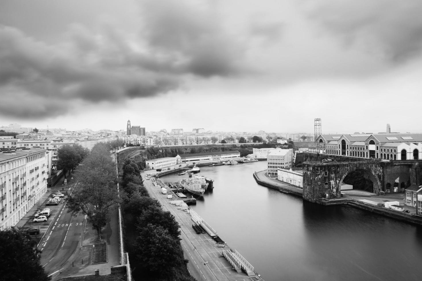 Luftaufnahme von Fluss und Stadt foto