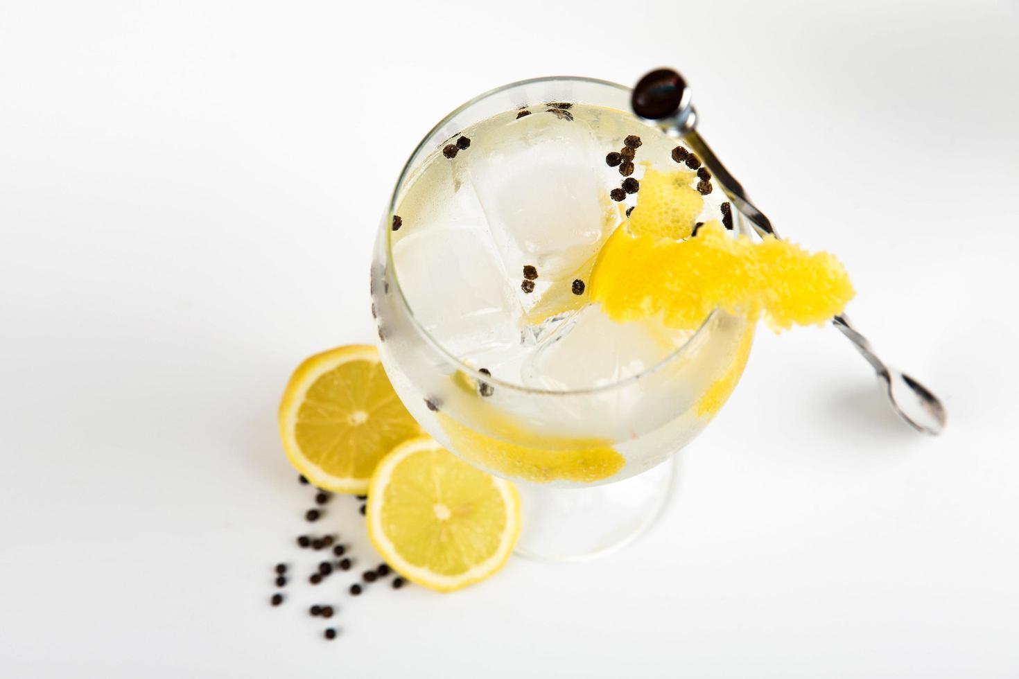 Cocktail mit Beilage auf weißem Hintergrund foto