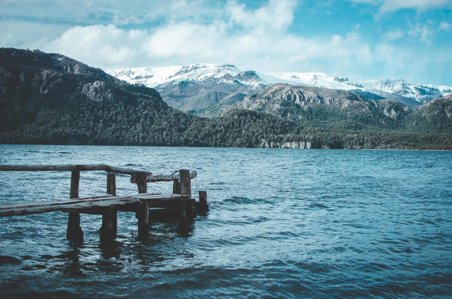 braunes hölzernes Dock auf dem Gewässer foto