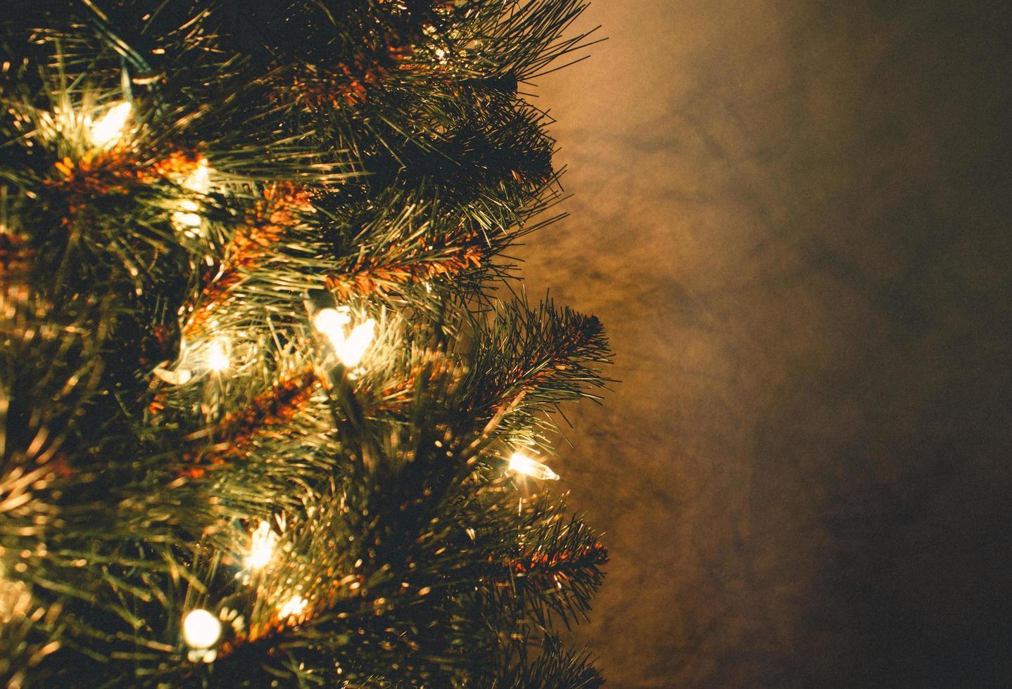 Weihnachtsbaum mit Lichterketten foto