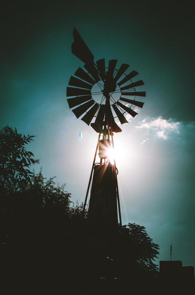 Silhouette der Farm Windmühle foto