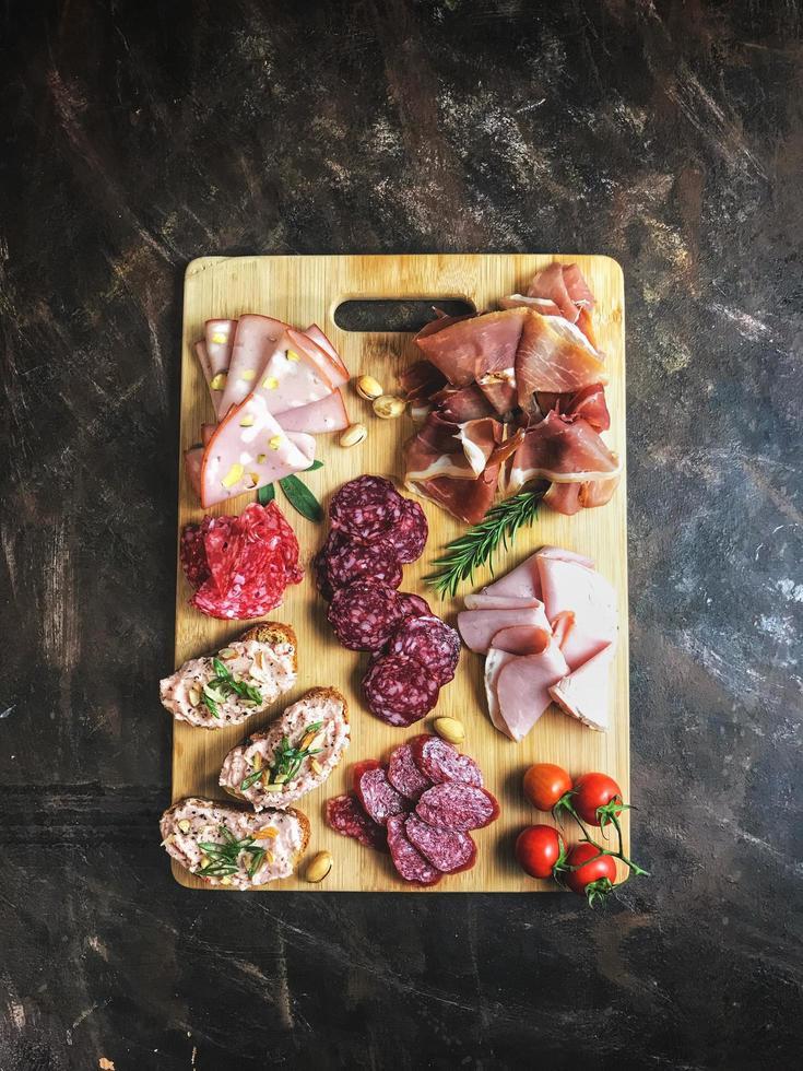 geschnittenes Fleisch auf Holzschneidebrett foto