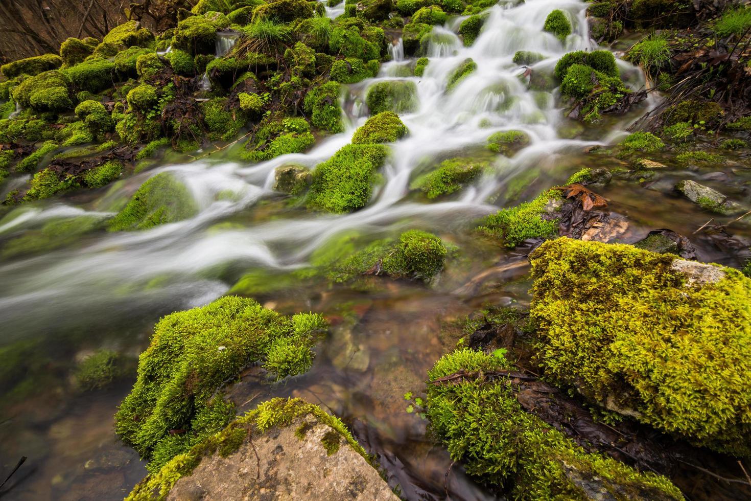 Zeitrafferfotografie des Gewässers foto