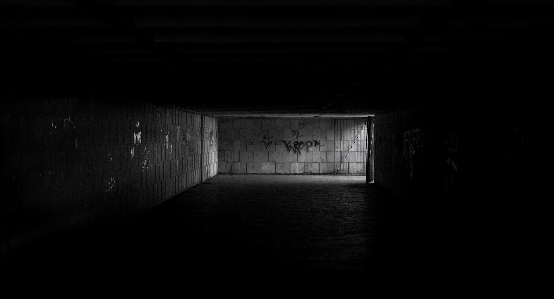 Fotografie des Graustufentunnels foto