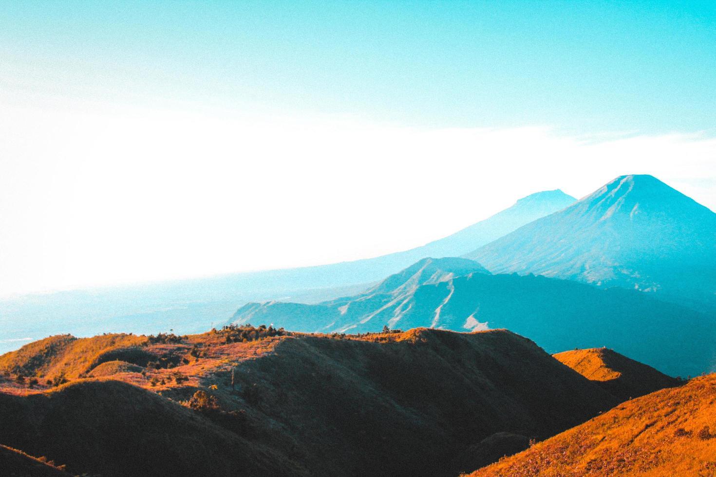 braune Hügel in einem Tal foto
