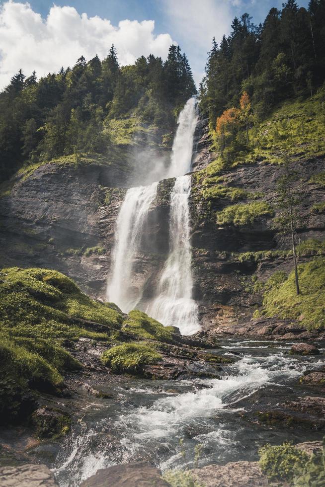 Foto eines Wasserfalls zwischen Bäumen