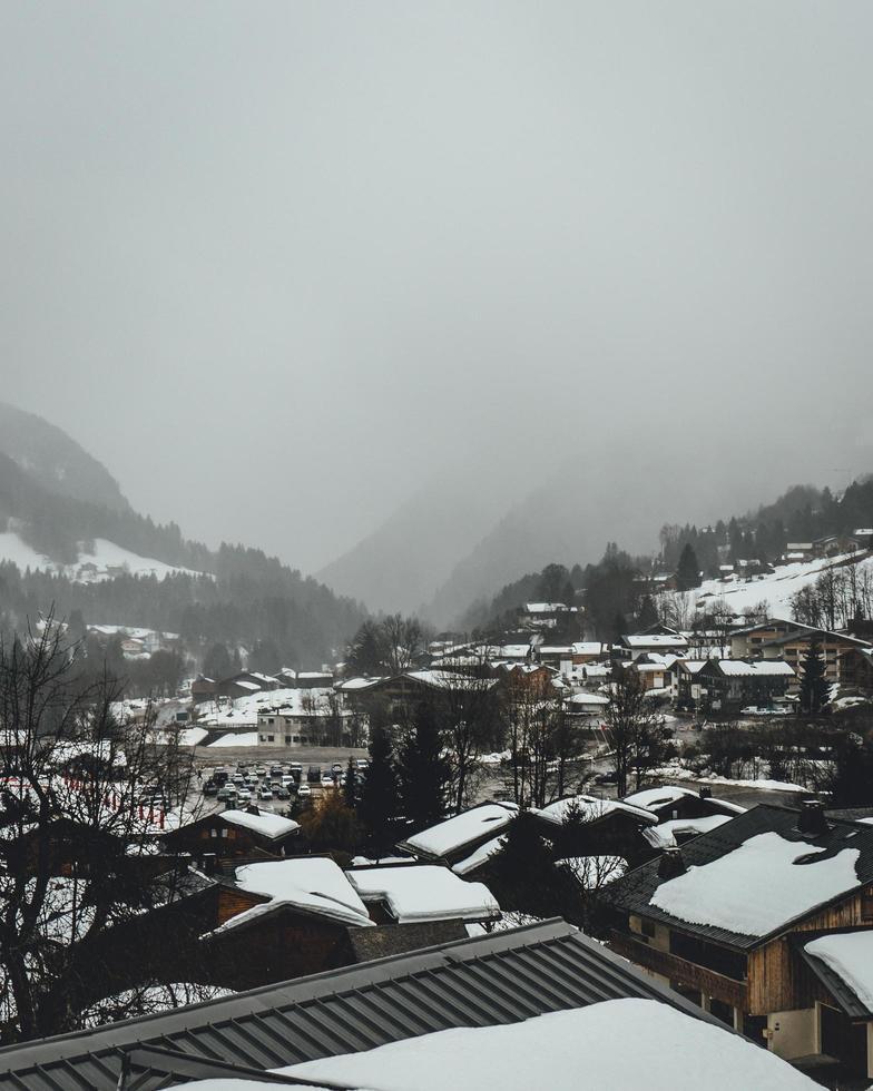 Luftaufnahme eines schneebedeckten Dorfes foto