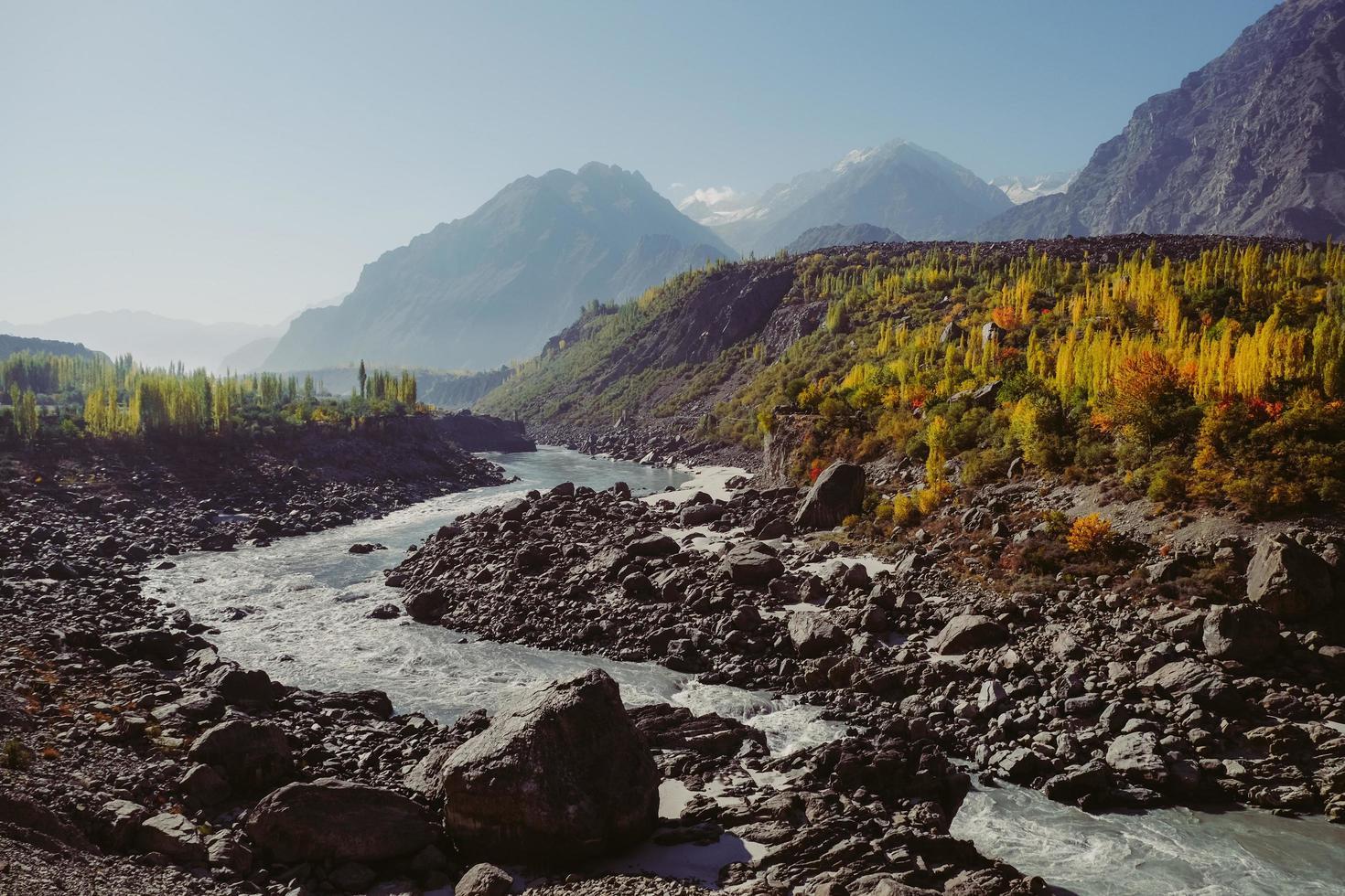 gewundener Fluss entlang des Karakoram-Gebirges foto