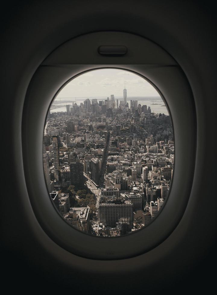 Flugzeugfenster mit Blick auf New York City foto
