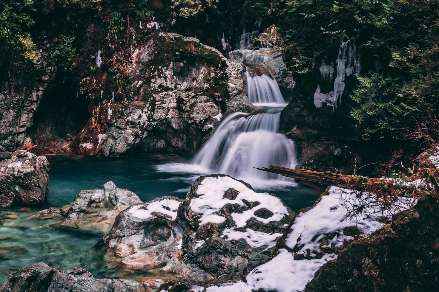 schöner Wasserfall in verschneiter Landschaft foto