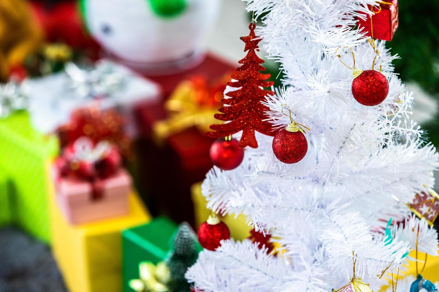 weißer Weihnachtsbaum mit Dekorationen foto