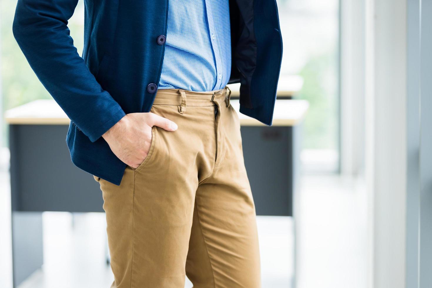 Nahaufnahme Modebild des Mannes im Geschäftsanzug foto