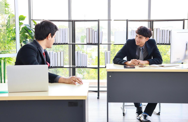 neue junge Geschäftsleute im Büro foto