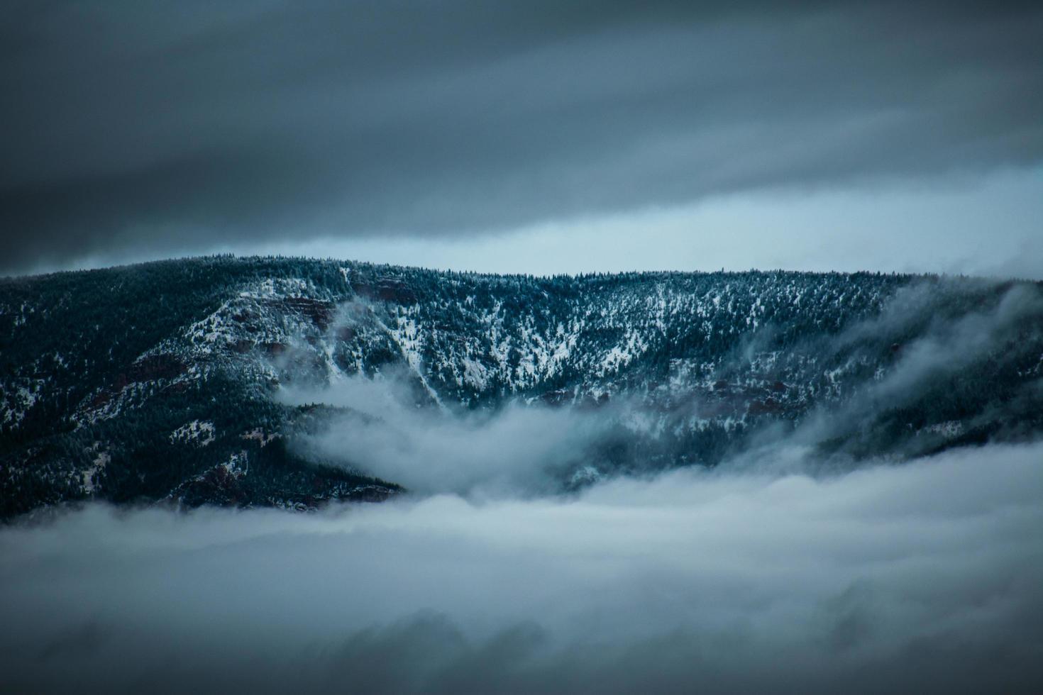 Gebirgszug umgeben von Nebel foto