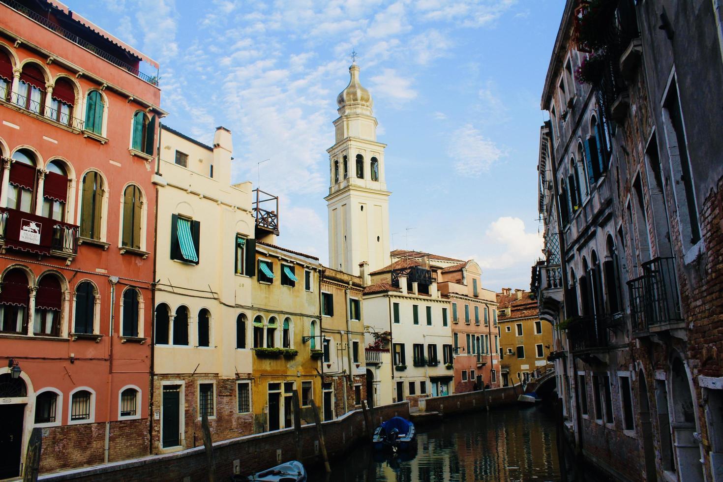 Wohnhäuser und Glockenturm foto