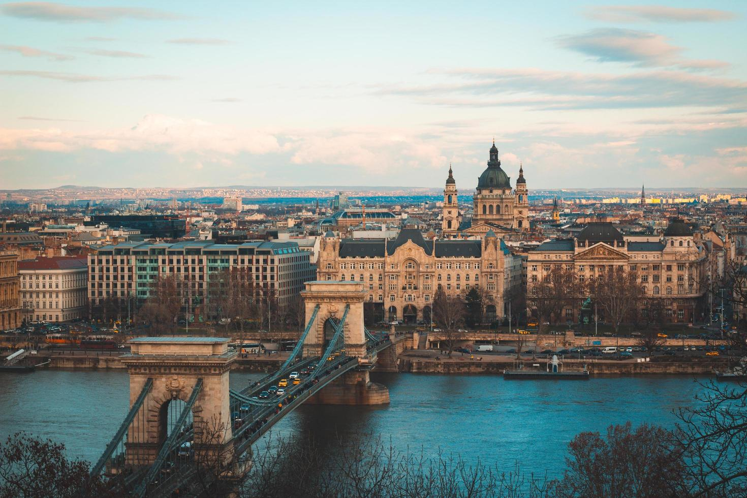 braune Betonbrücke über den Fluss foto