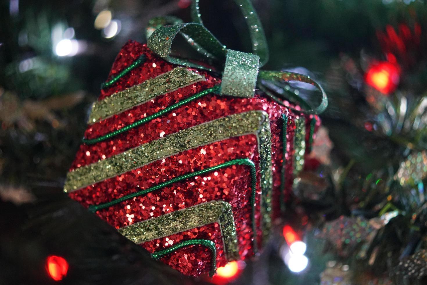 rote und grüne Weihnachtsbaumdekoration foto