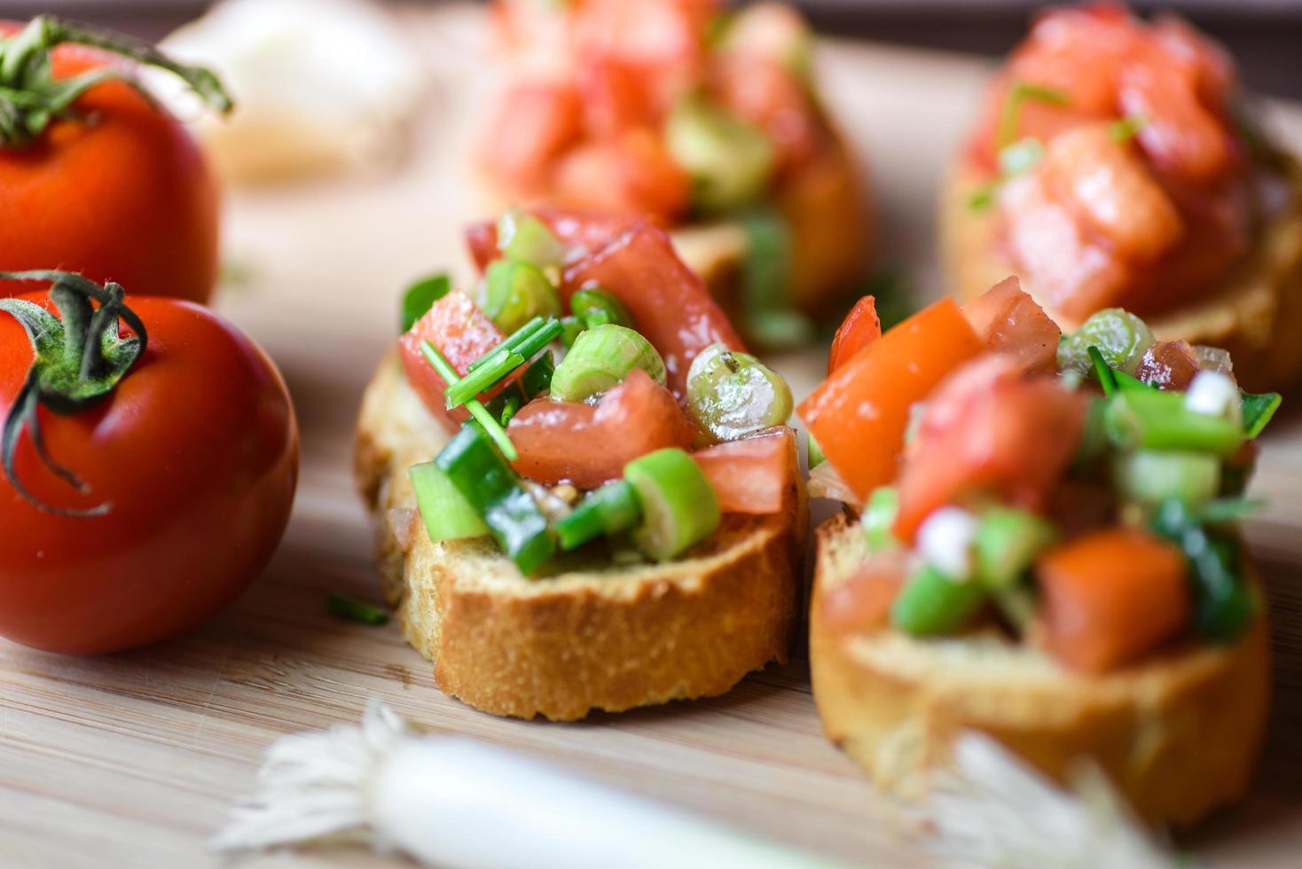 frische traditionelle vegetarische Bruschetta foto