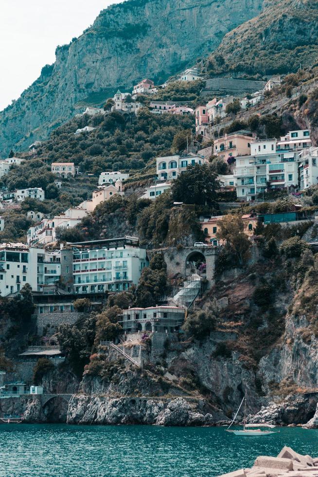 Stadt auf einer Klippe am Meer foto