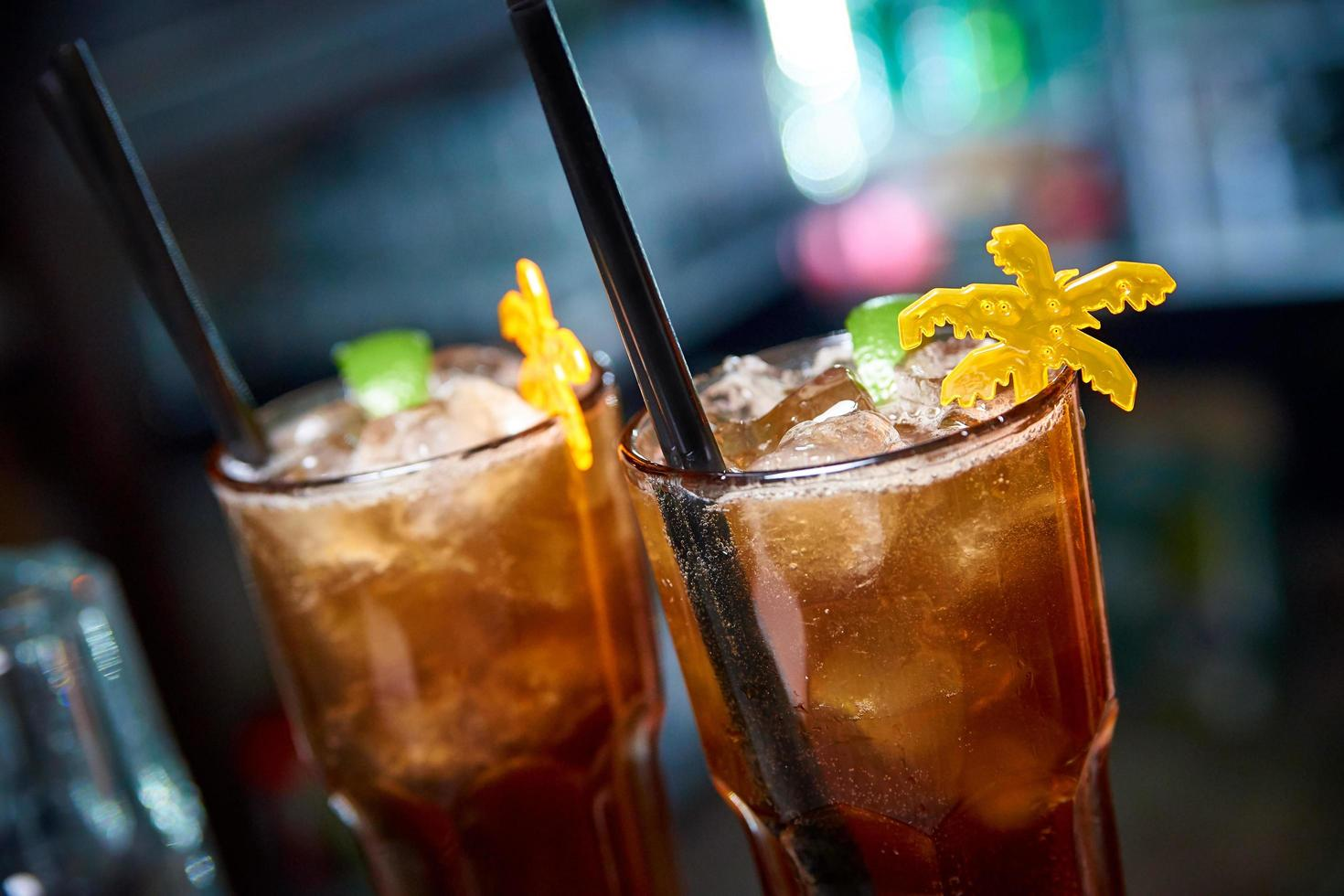 kalter Cocktail auf dunklem Hintergrund foto