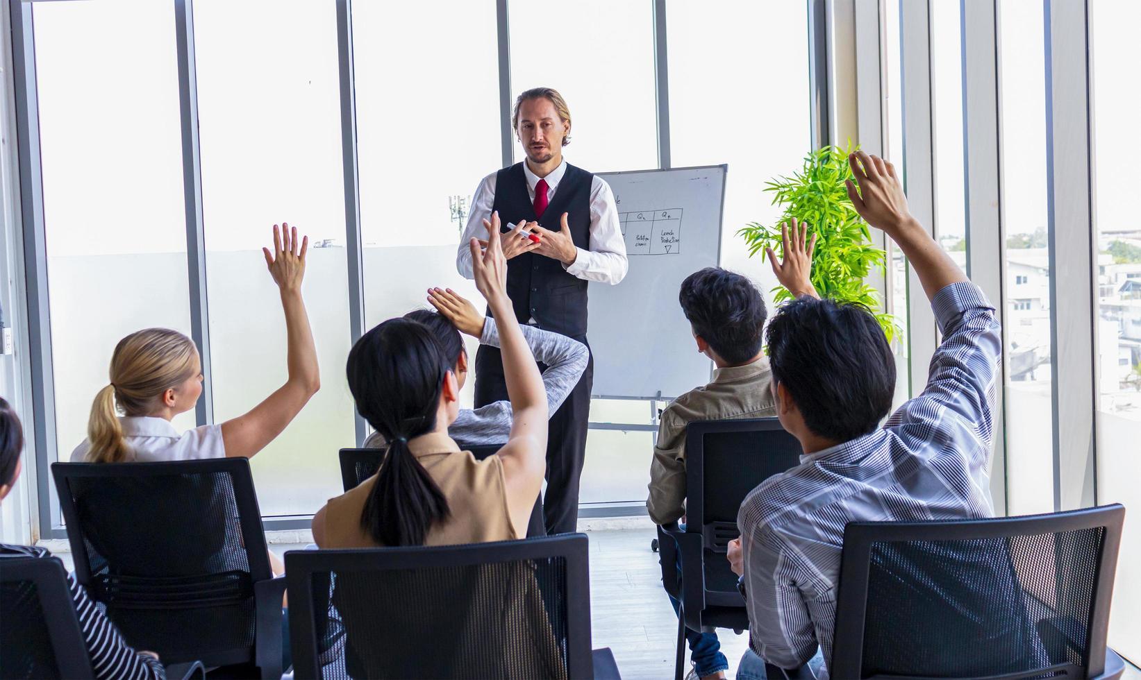Die Teilnehmer heben ihre Hände im Büro foto