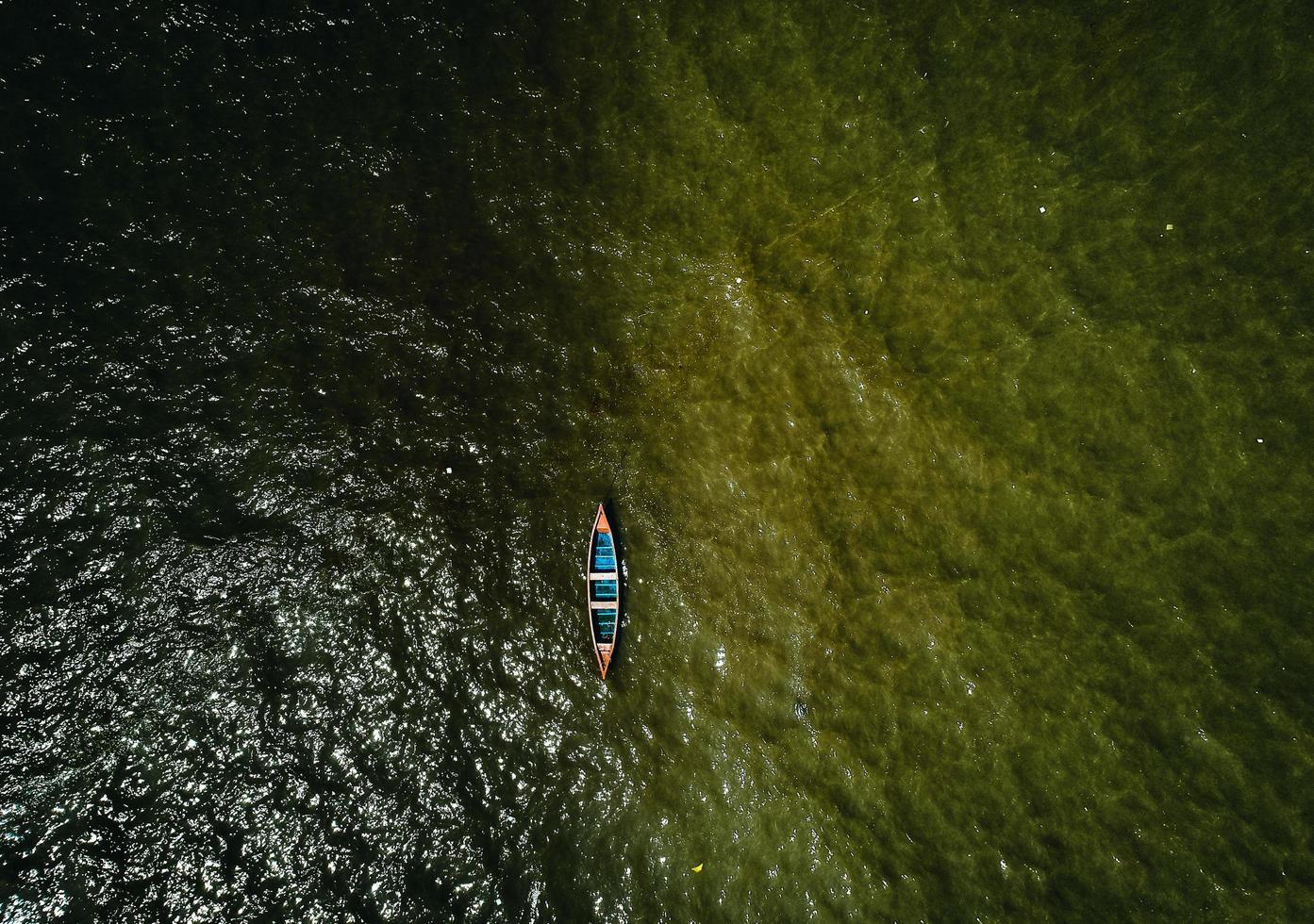 Luftaufnahme des Bootes auf dem Wasser foto