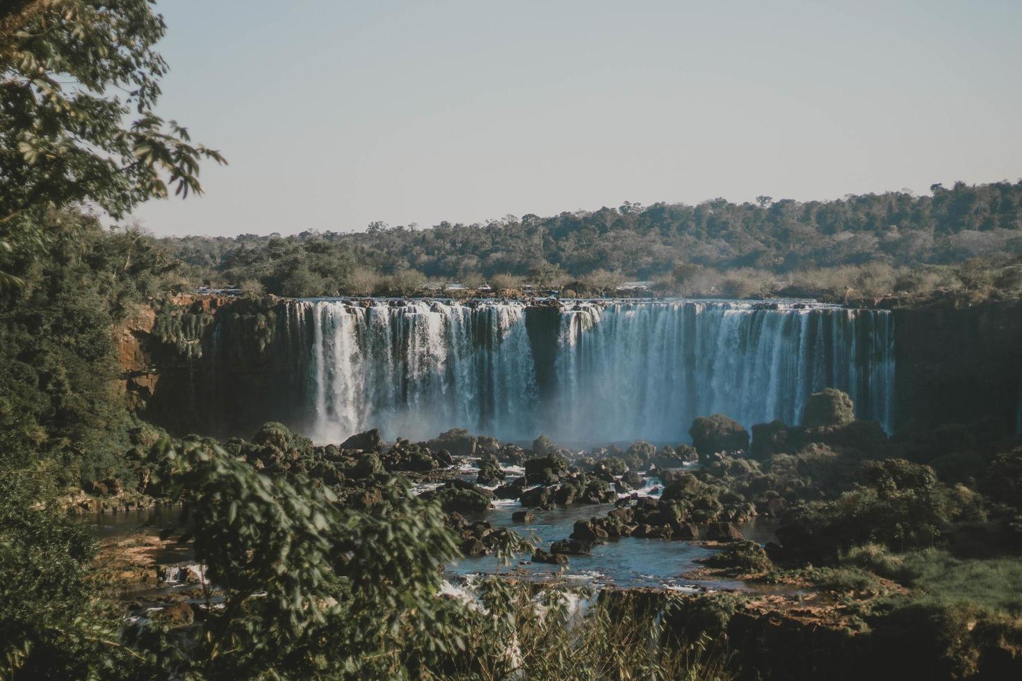 Weitwinkelfoto des Wasserfalls foto