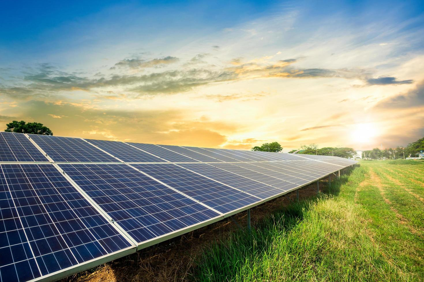 Solarpanel-Zelle auf dramatischem Sonnenuntergangshimmelhintergrund foto