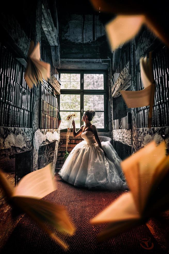 Fantasy-Märchenprinzessin in Bibliothek mit fliegenden Büchern foto
