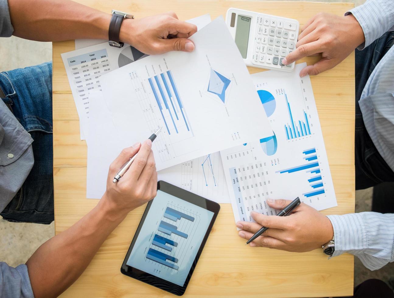 zwei Geschäftsleute, die Steuern berechnen foto