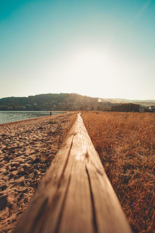 Nahaufnahme des Holzhandlaufs am Strand foto