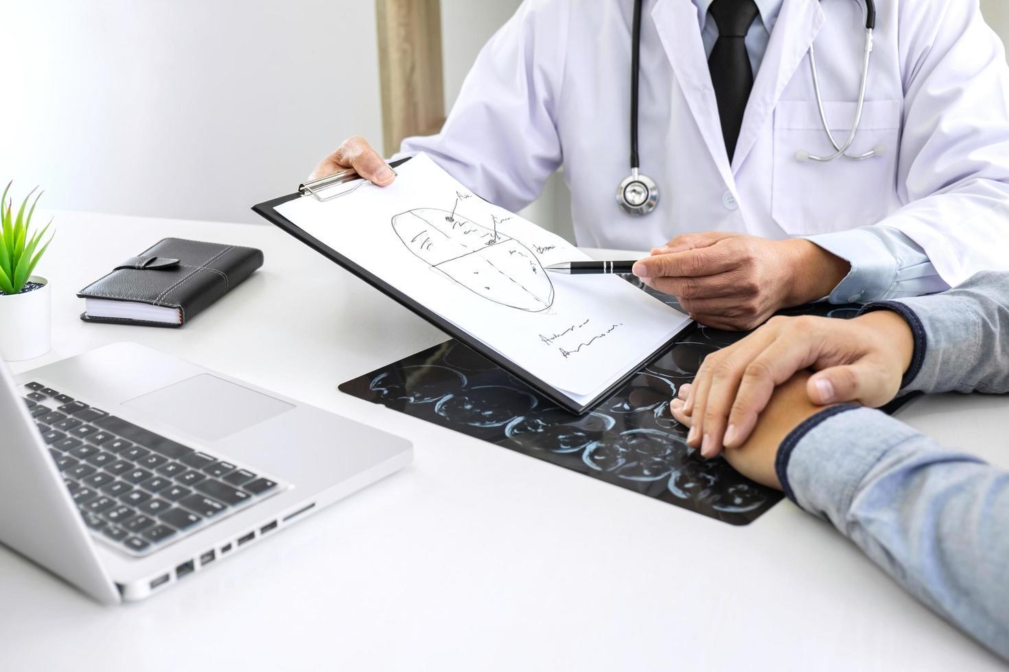 Arzt im Gespräch mit dem Patienten foto