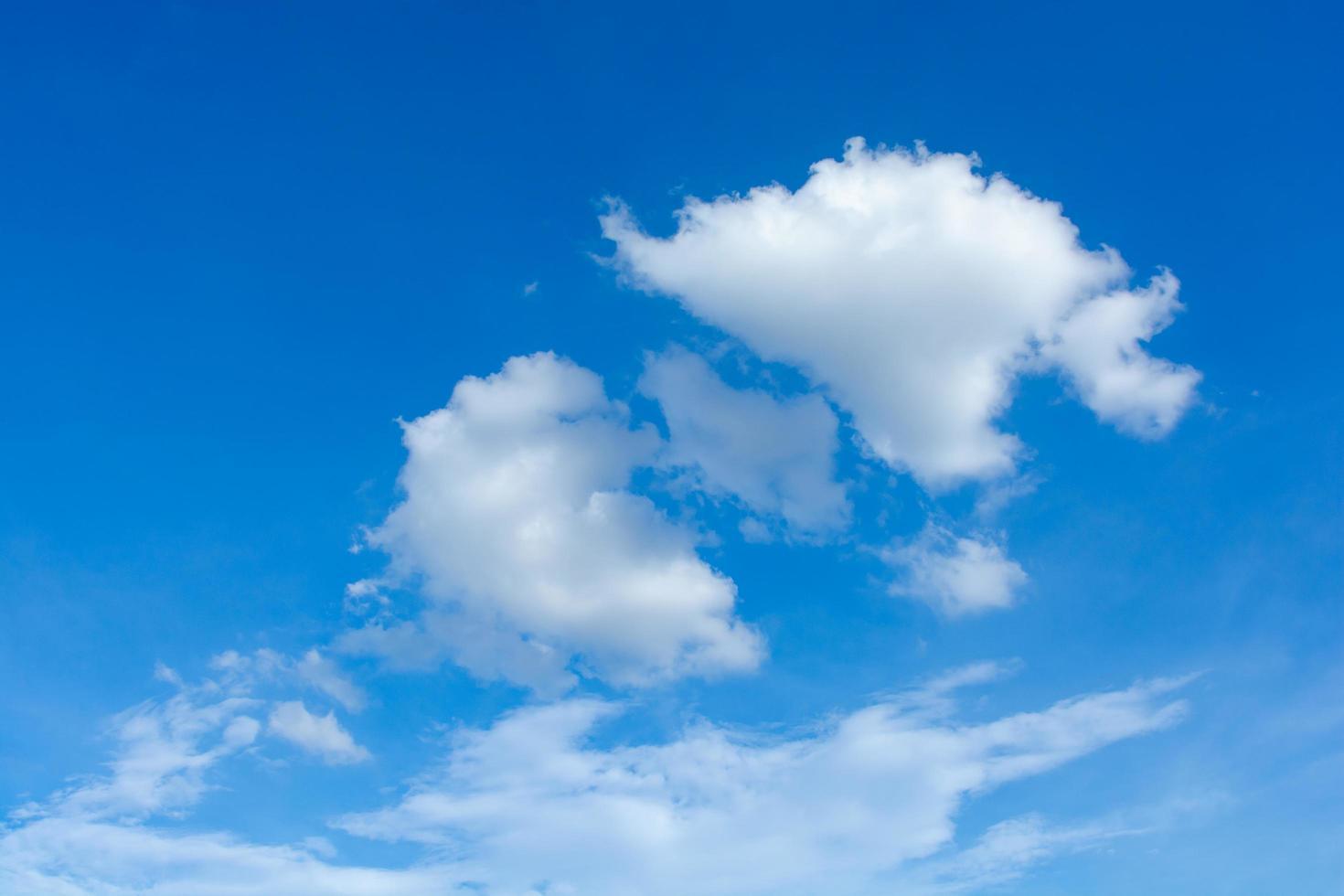 Cirrus- und Cumuluswolken foto