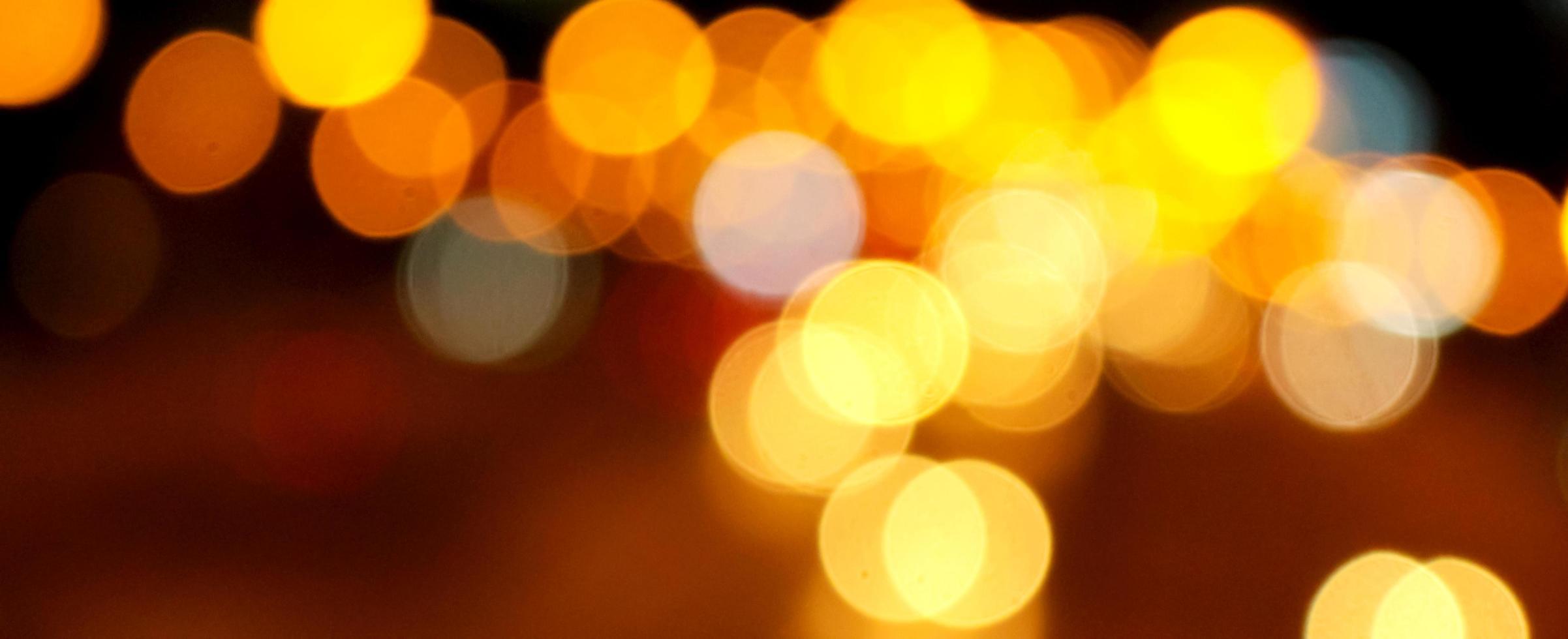 gelbe und orangefarbene Bokeh-Lichter foto