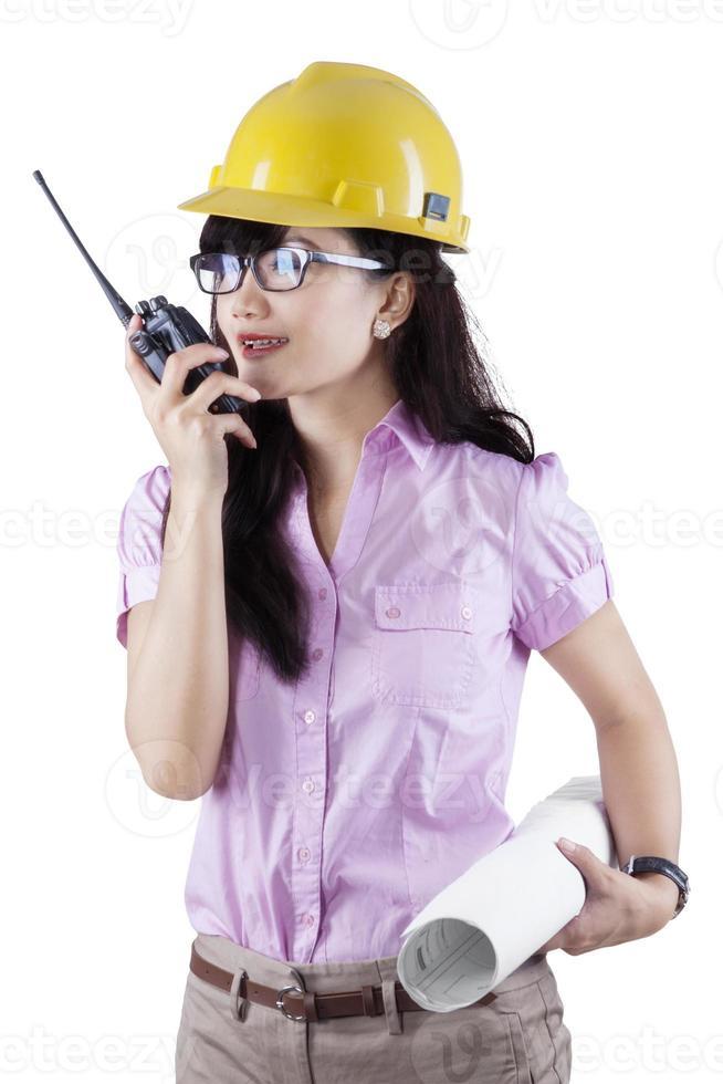 Ingenieur spricht auf dem Walkie-Talkie foto
