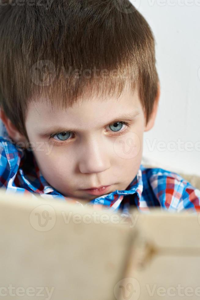 kleiner Junge, der Buch liest foto