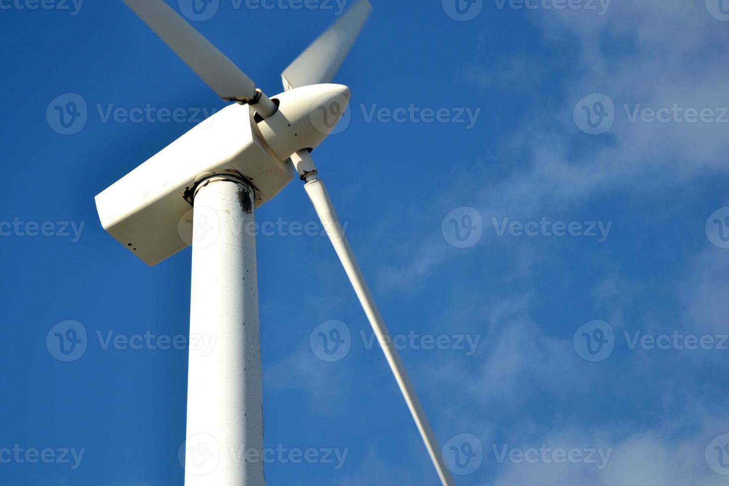 Windmühle mit blauem Himmel Hintergrund foto