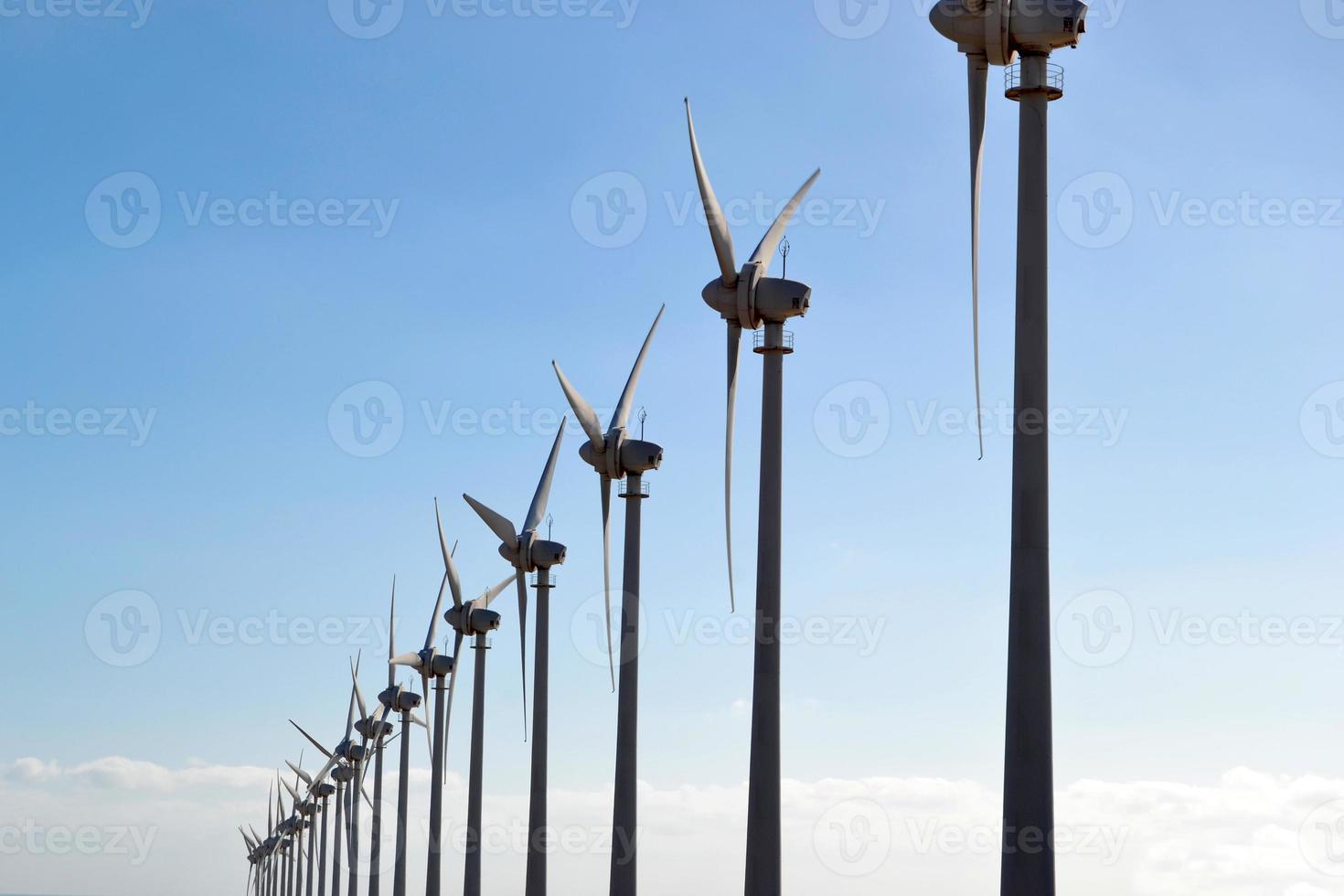 Windmühlen mit blauem Himmel Hintergrund foto