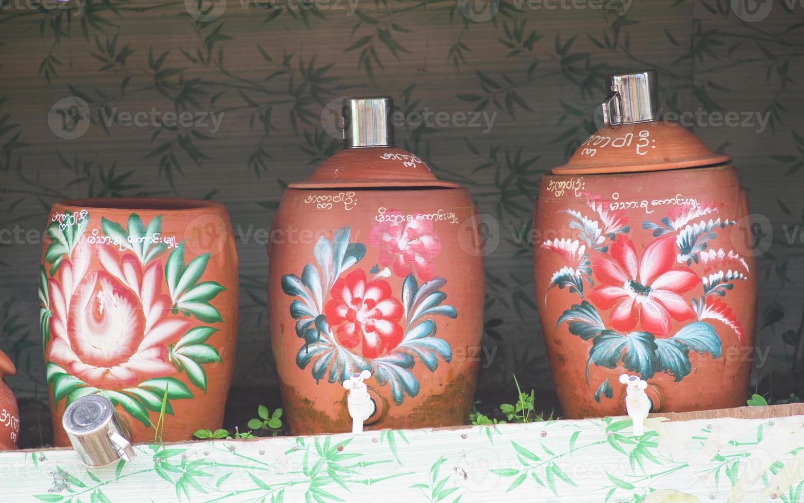 öffentliche wasserbehälter in myanmar foto