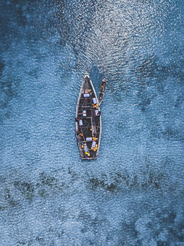 Antenne von Menschen in Booten auf dem Wasser foto