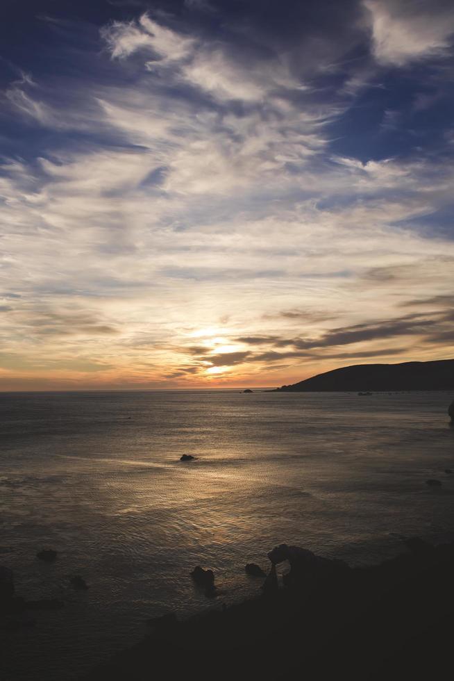 Hochwinkelfoto des Bogensteins während der goldenen Stunde foto