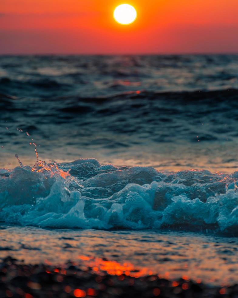Ozeanwellenschaum auf braunem Sand foto